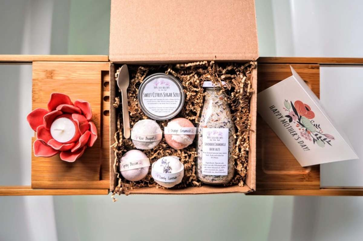 This is a self care spa gift set for your mother. It has Himalayan pink salt, jojoba oil, cocoa butter, sweet almond oil, coconut oil, epsom salt, flower petals and pure essential oils.