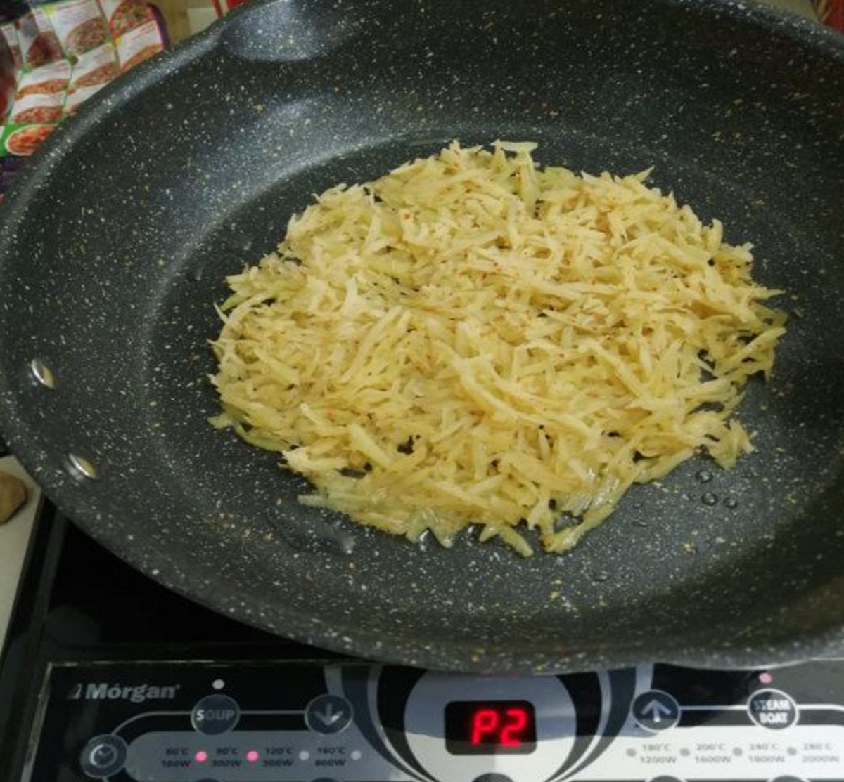 Spread the potatoes on the pan to fry until golden brown