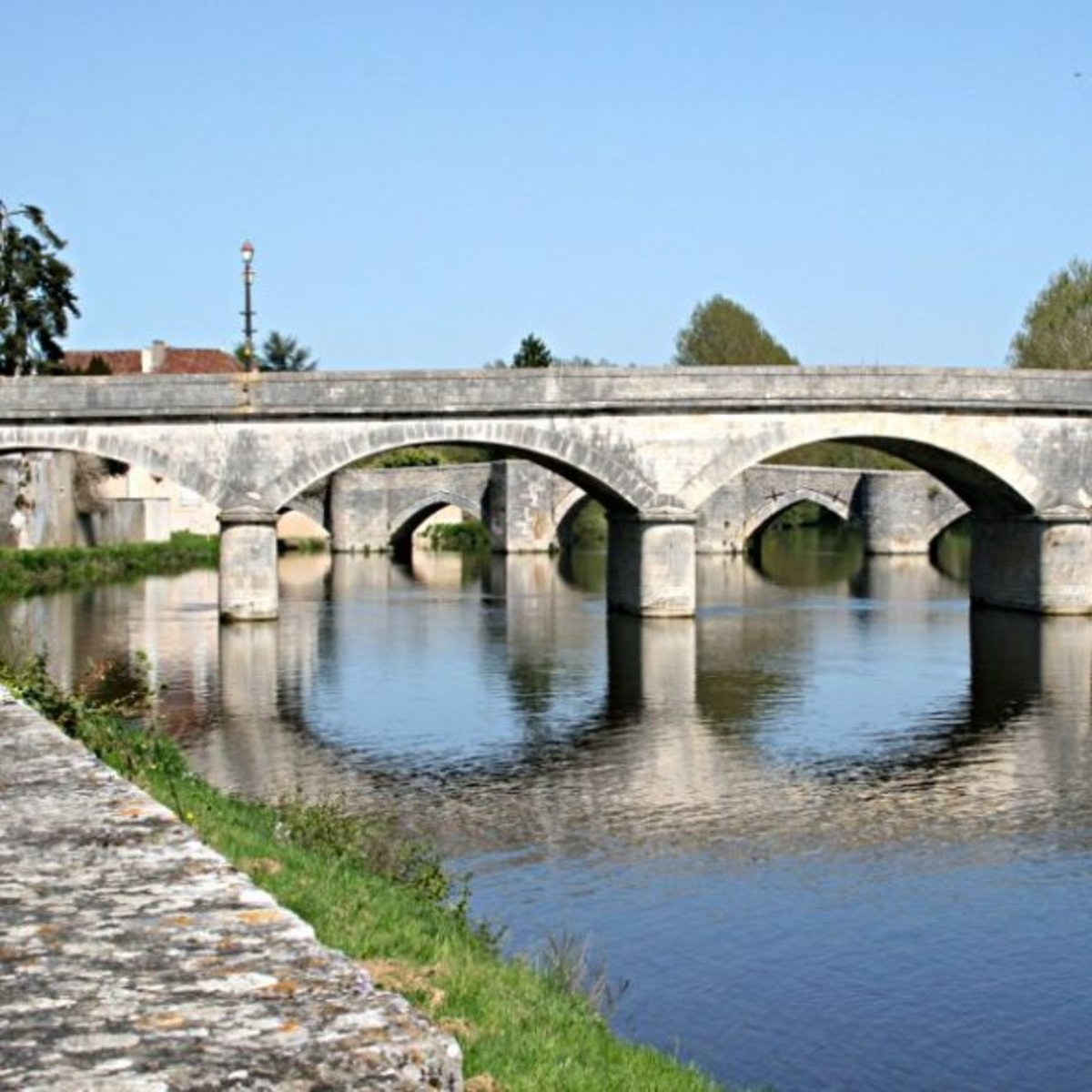 "The ""modern"" bridge with the medieval bridge behind"