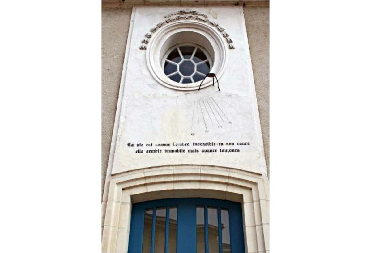 "Sundial on the birthplace of Henri Brisson, a member of a prominent local family.  It reads ""la vie est comme l'ombre, insensible en son cours elle semble immobile mais avance toujours""."
