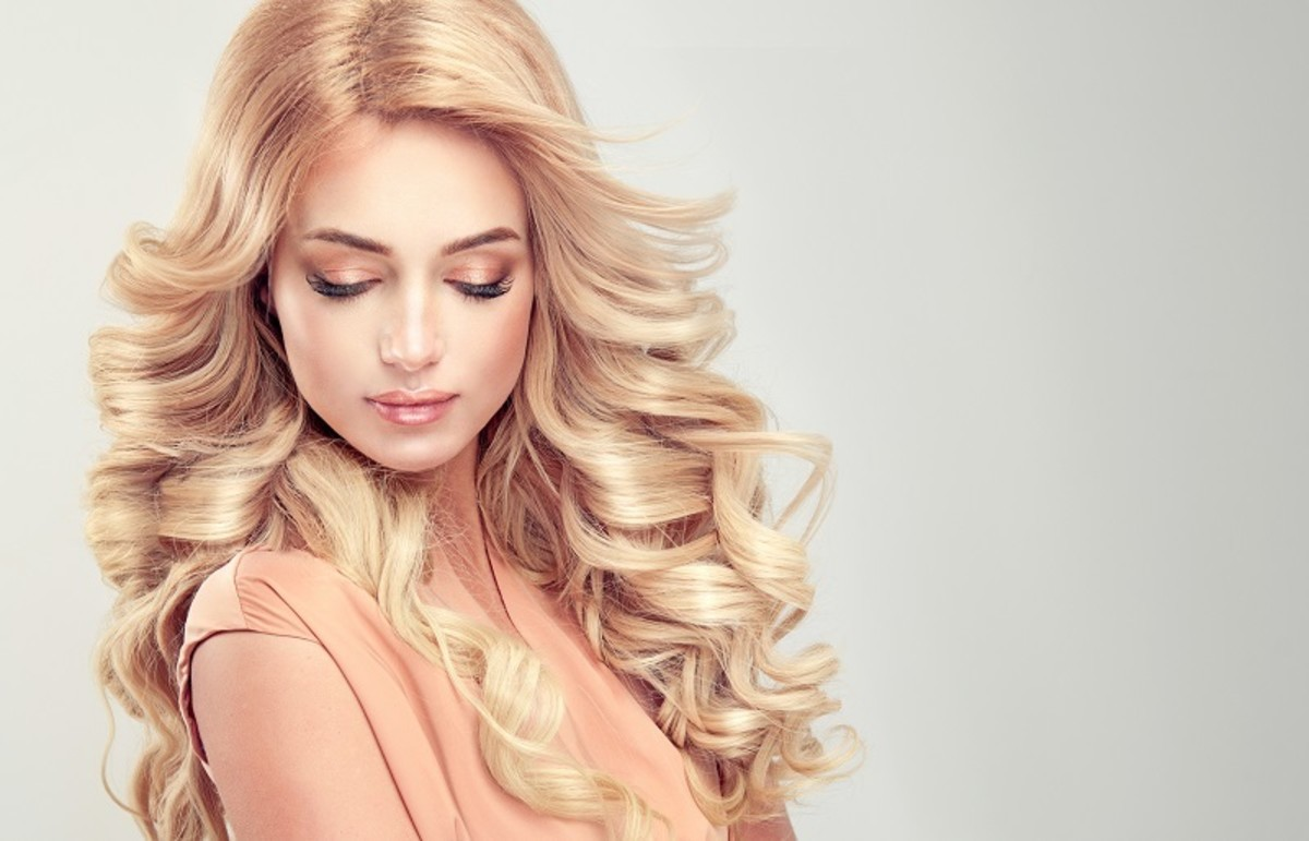 Curly blonde hair truly looks great!