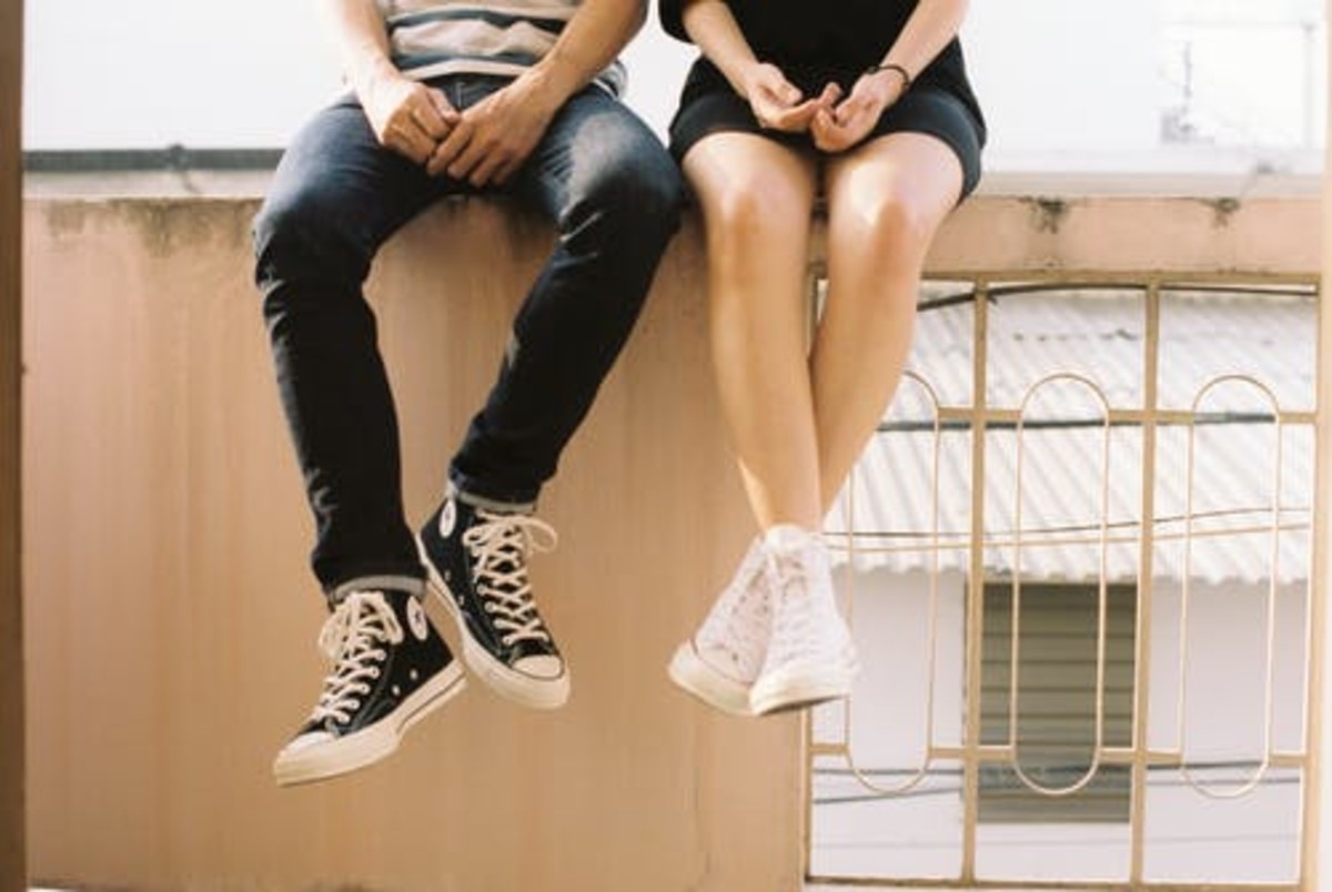 The position of someone's feet can communicate a lot about attraction.