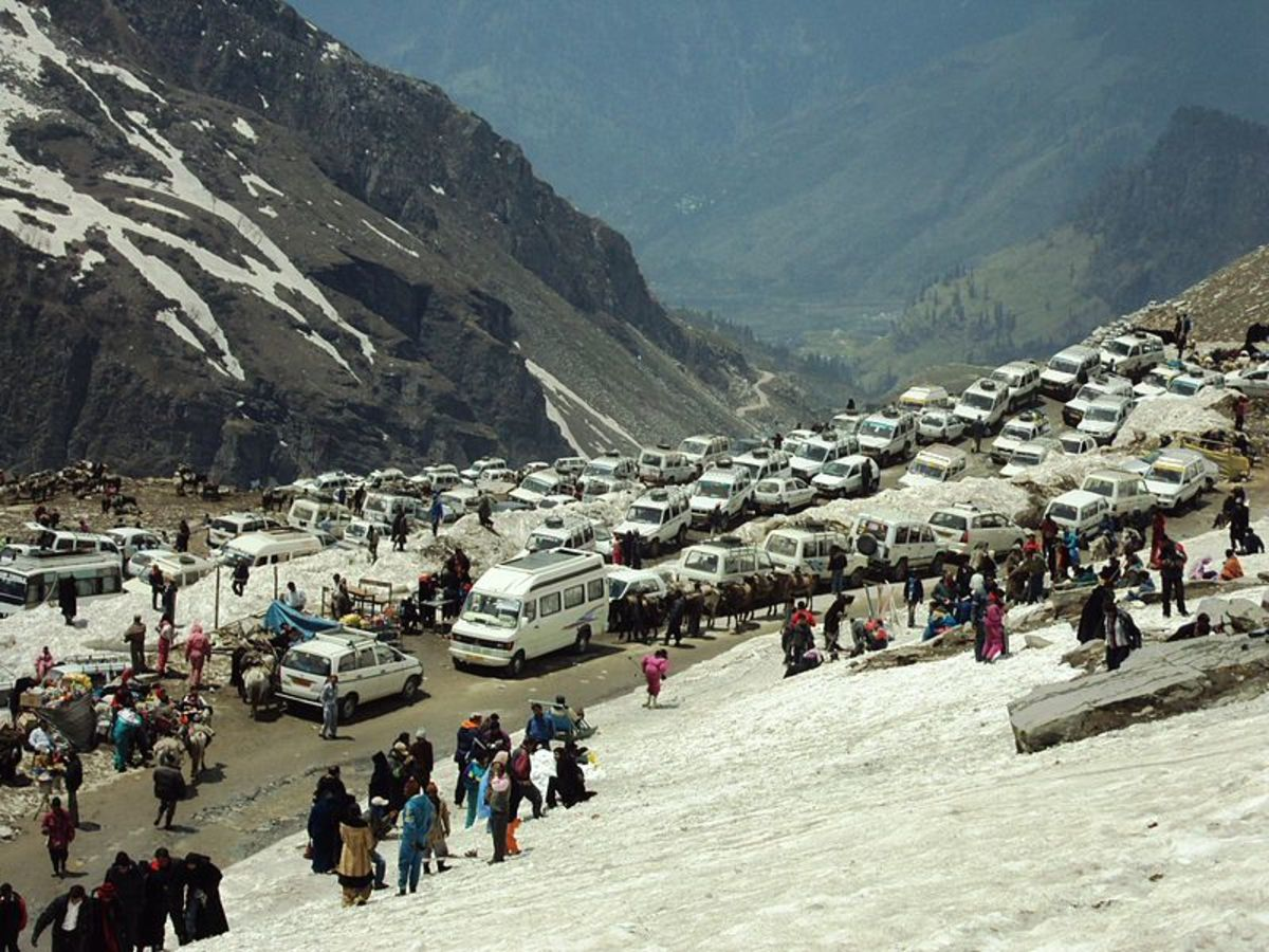 Vehicular traffic at Rohtang Pass