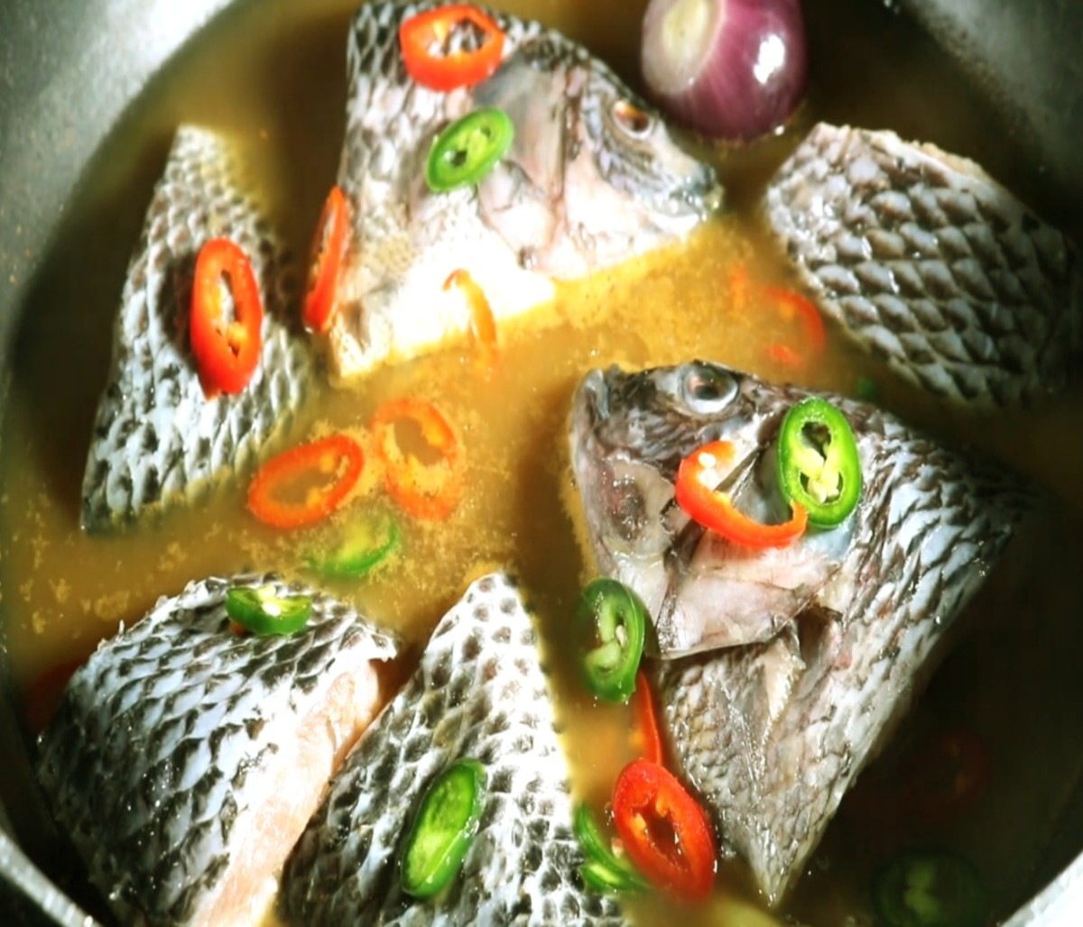After the fish is cooked, put in the chopped red and green bird's eye chili