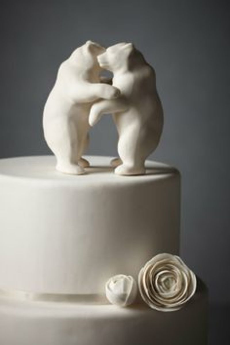 Two bears dancing show that ceramic cake toppers can be elegant yet simple.