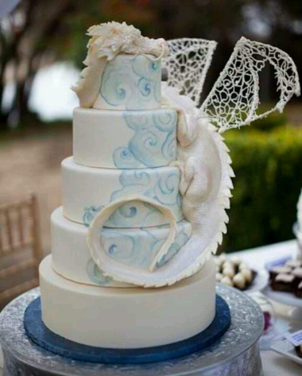 A single dragon curls around this cake as if protecting it.