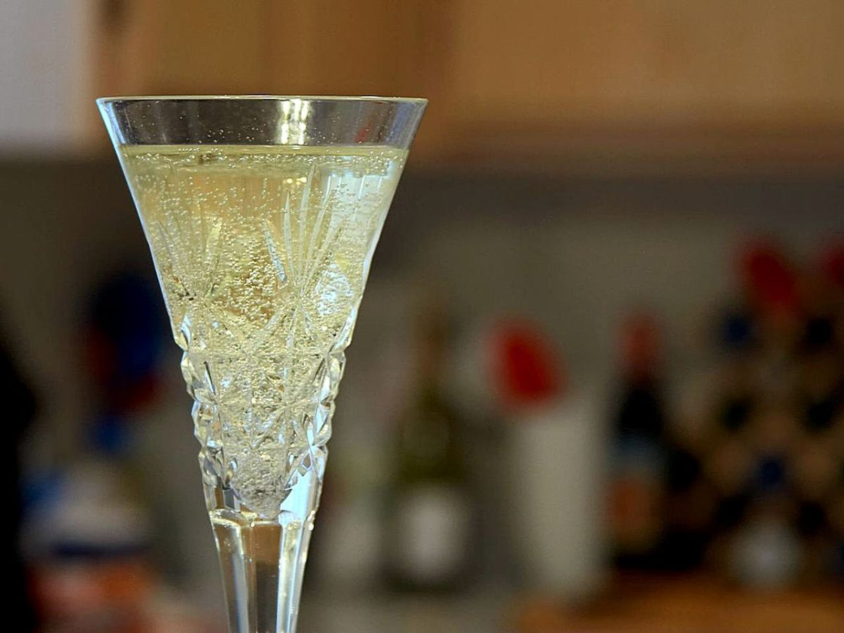 How to Make Easy Elderflower Champagne