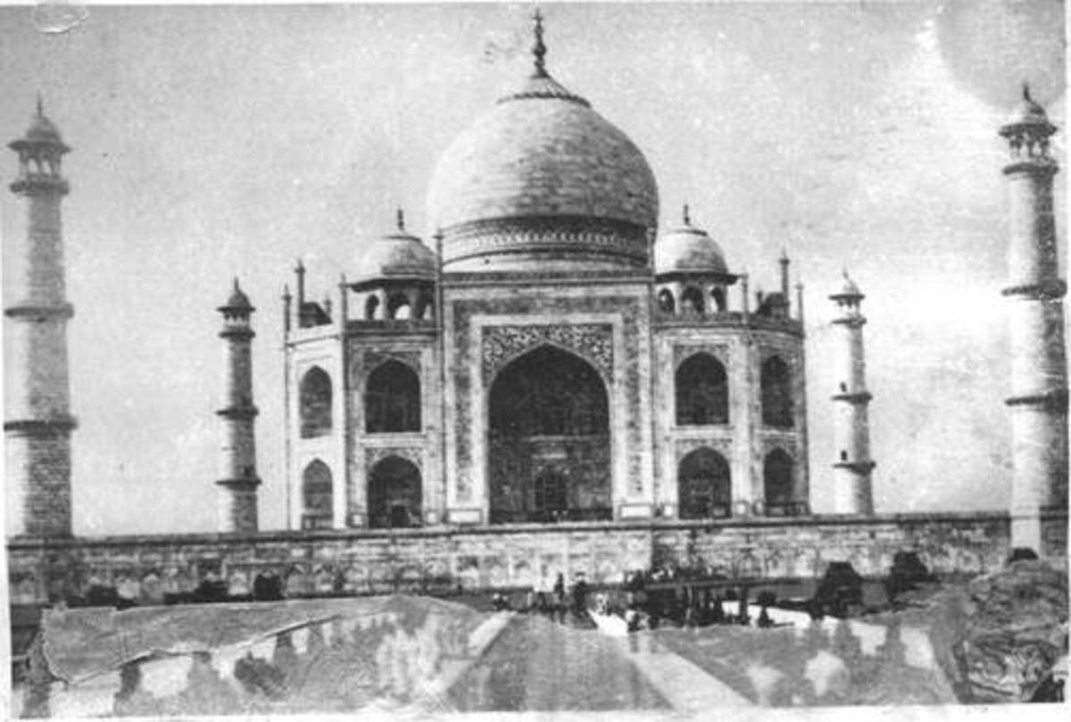 Frontal view of the Taj Mahal and dome