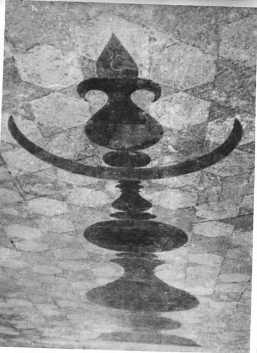 Inlaid pinnacle pattern in courtyard