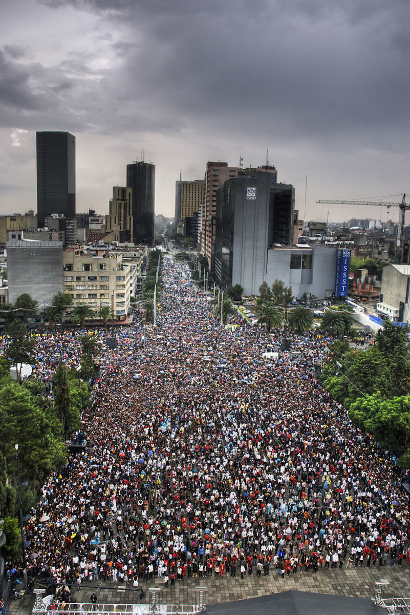 The largest flash mob gathering in Mexico, to the song Thriller.
