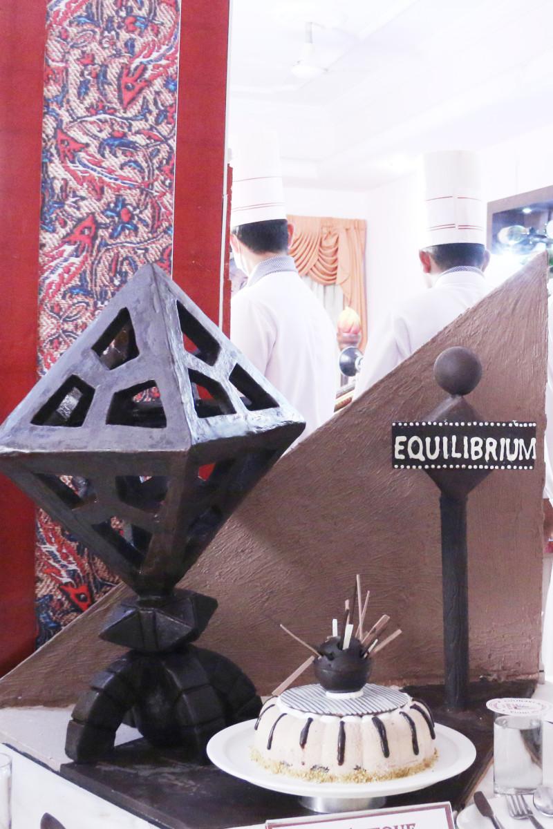 equilibrium-chocolate-showpiece-with-gateaux