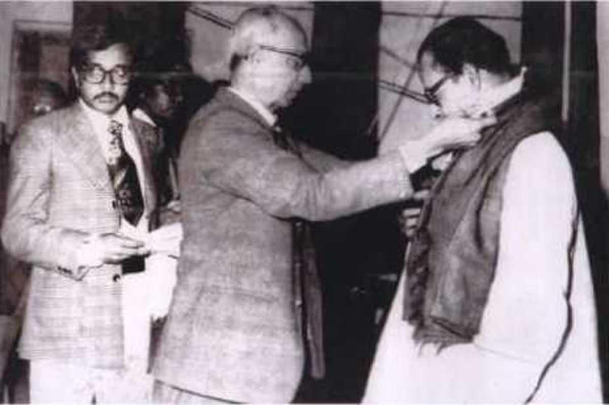 Pandit Suren Das receiving Gold Medal in 1977