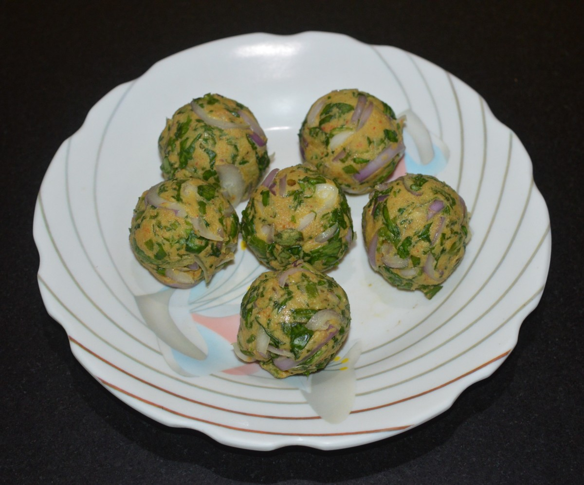 Make many lemon-sized balls out of the dough. Place them on a plate.