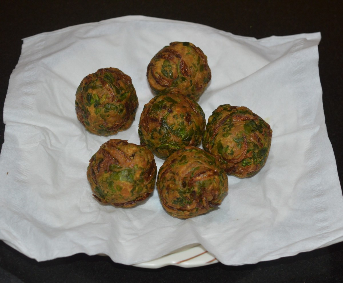 Remove them with a slotted spatula and place them on an absorbent paper towel. The paper absorbs the excess oil from the spinach pakora. Your favorite palak bonda (spinach pakora) is ready to serve!