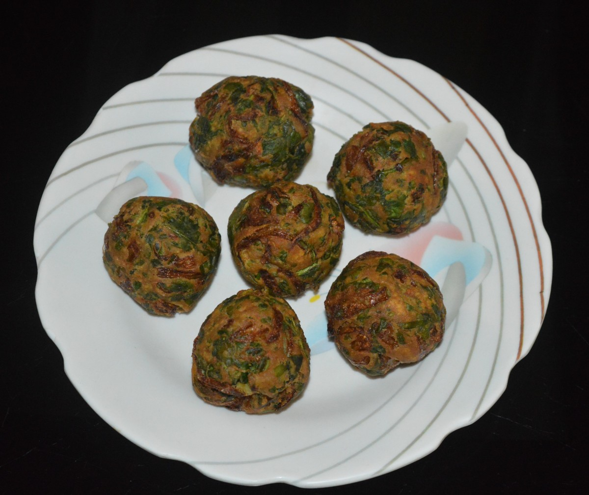 Serve spinach pakora hot with tomato sauce. Eat the scrumptious and crunchy Palak bonda (spinach pakora) for evening snack, tea-time snack, or party appetizer. Enjoy the taste!