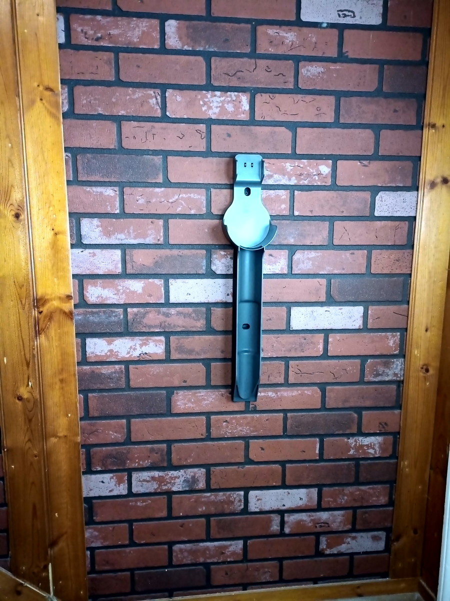 Wall bracket can quickly be mounted with the two included screws