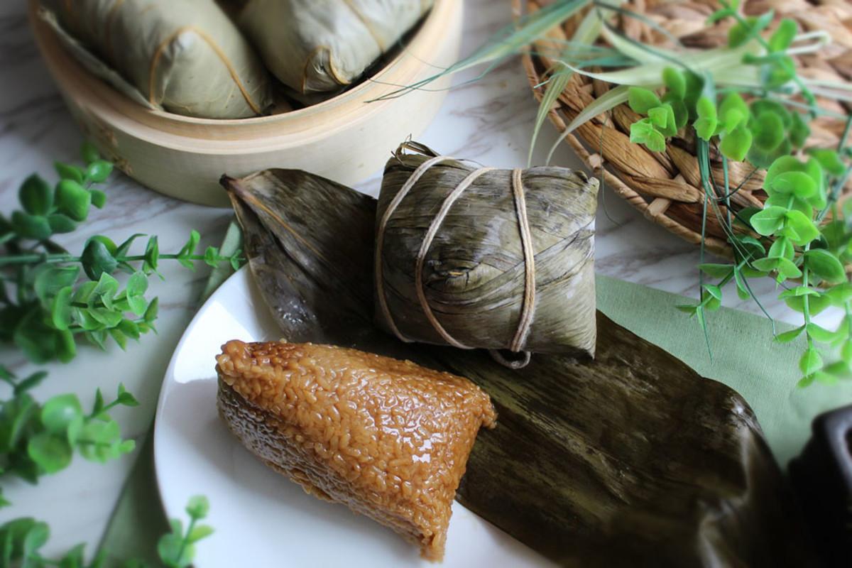 Yummy Chinese zongzi wrapped and unwrapped.