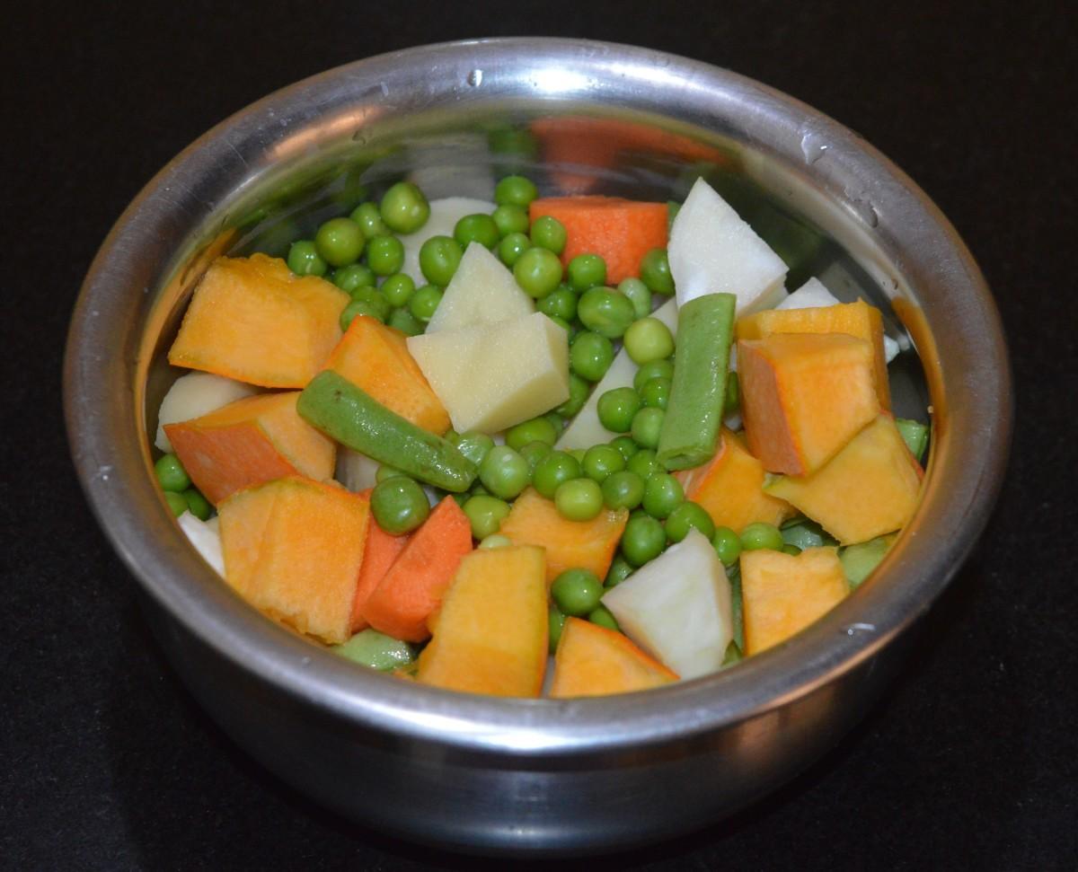 Step three: Add the chopped vegetables and green peas to a vessel. Add 2 cups water and 1 tablespoon salt. Cook over medium heat until the vegetables are 90% cooked.