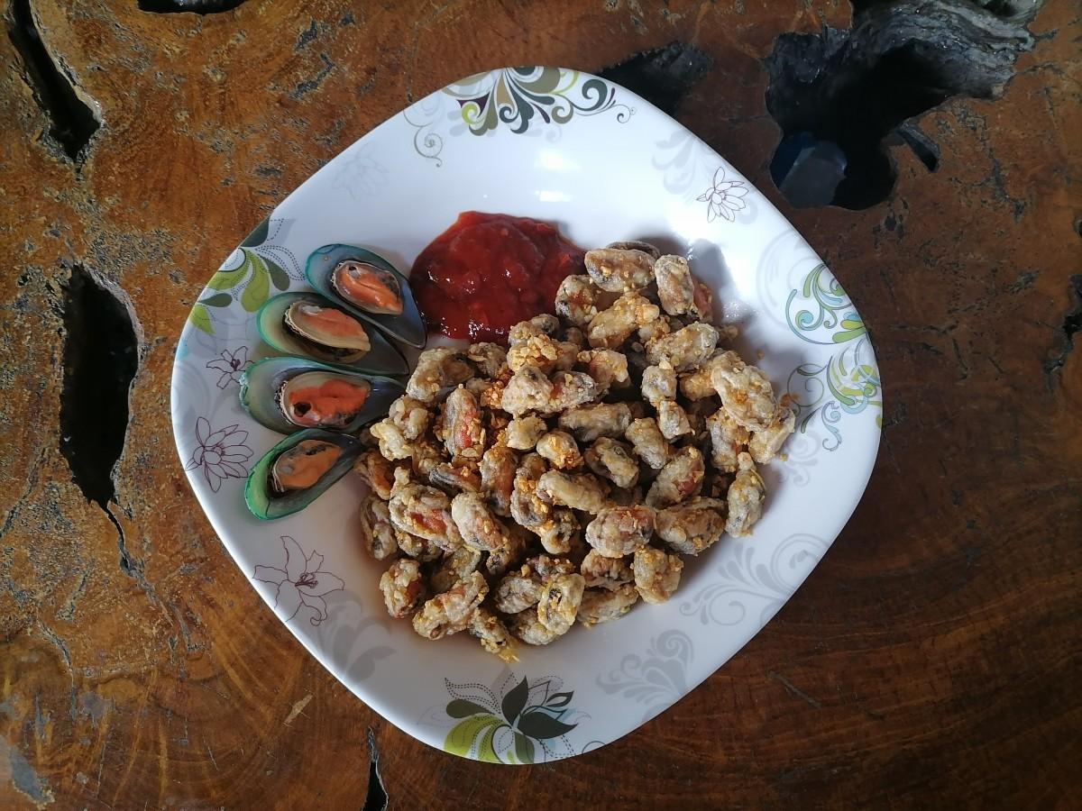 Crispy mussels in garlic butter
