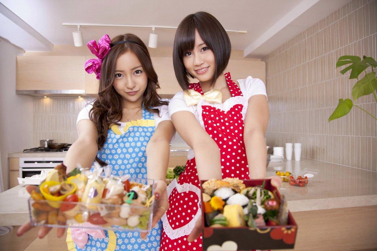 Atsuko Maeda (right) with Tomomi Itano (left)