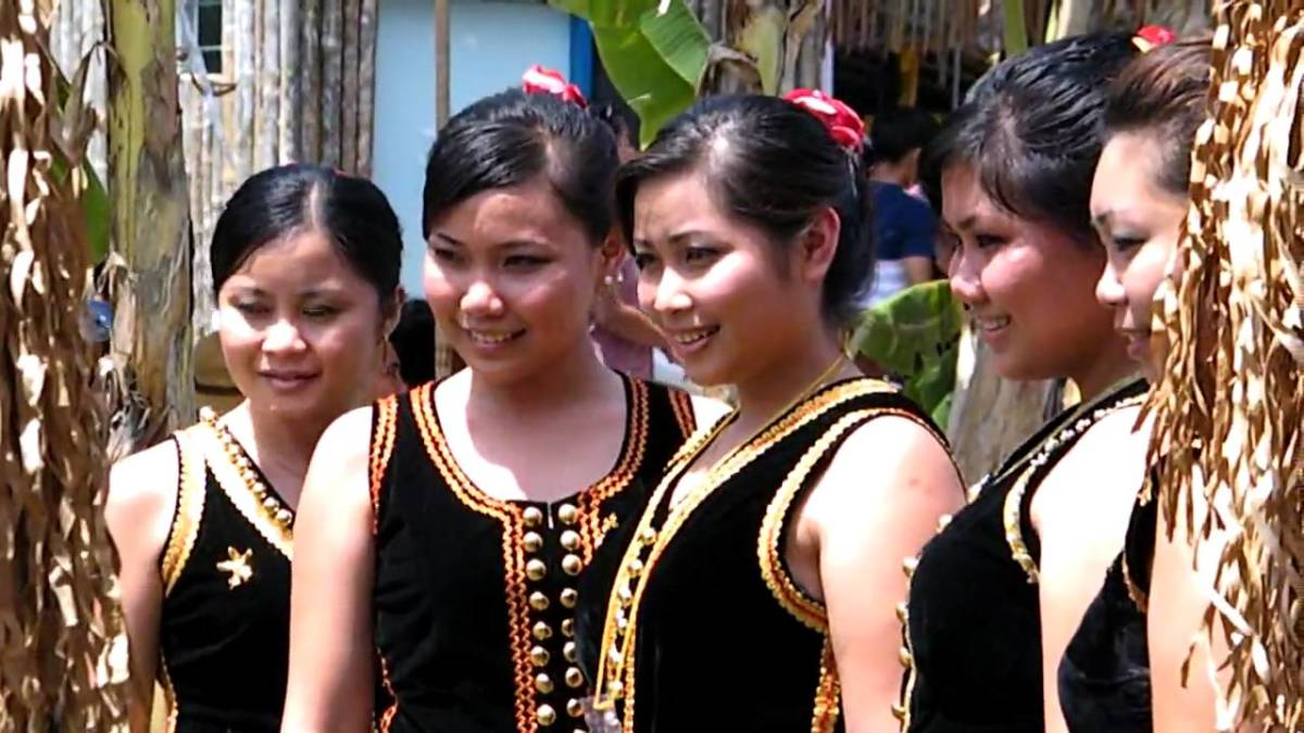 The above picture showing the locals wearing one of Sabah's traditional costume.