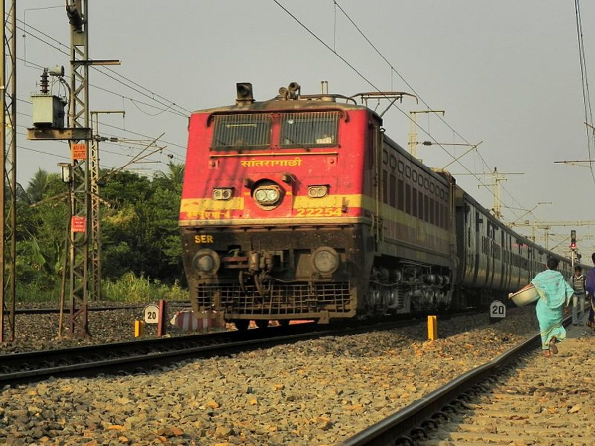 Coromandel Express. The train starts from Chennai and terminates at Howrah (Kolkata) via Bhubaneswar.