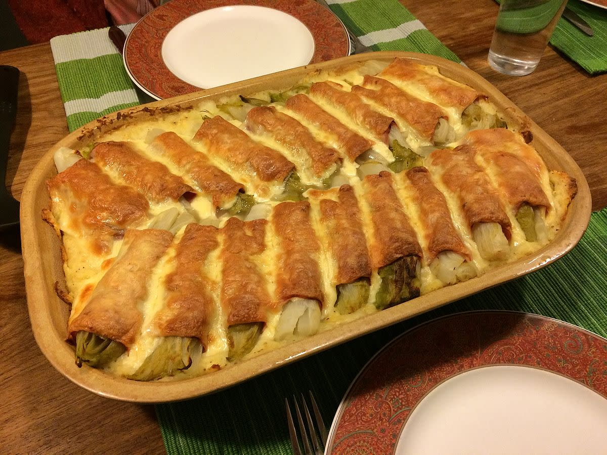 Oven dish with chicory, ham and cheese