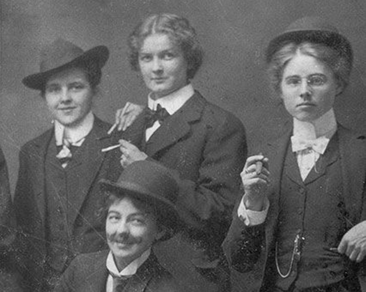 Newspapers described them as 'good looking, well-dressed women having a fine stature' as they travelled across the country, stealing the finest silks, gems, and furs, and spending their ill-gotten gains in throwing lavish parties.