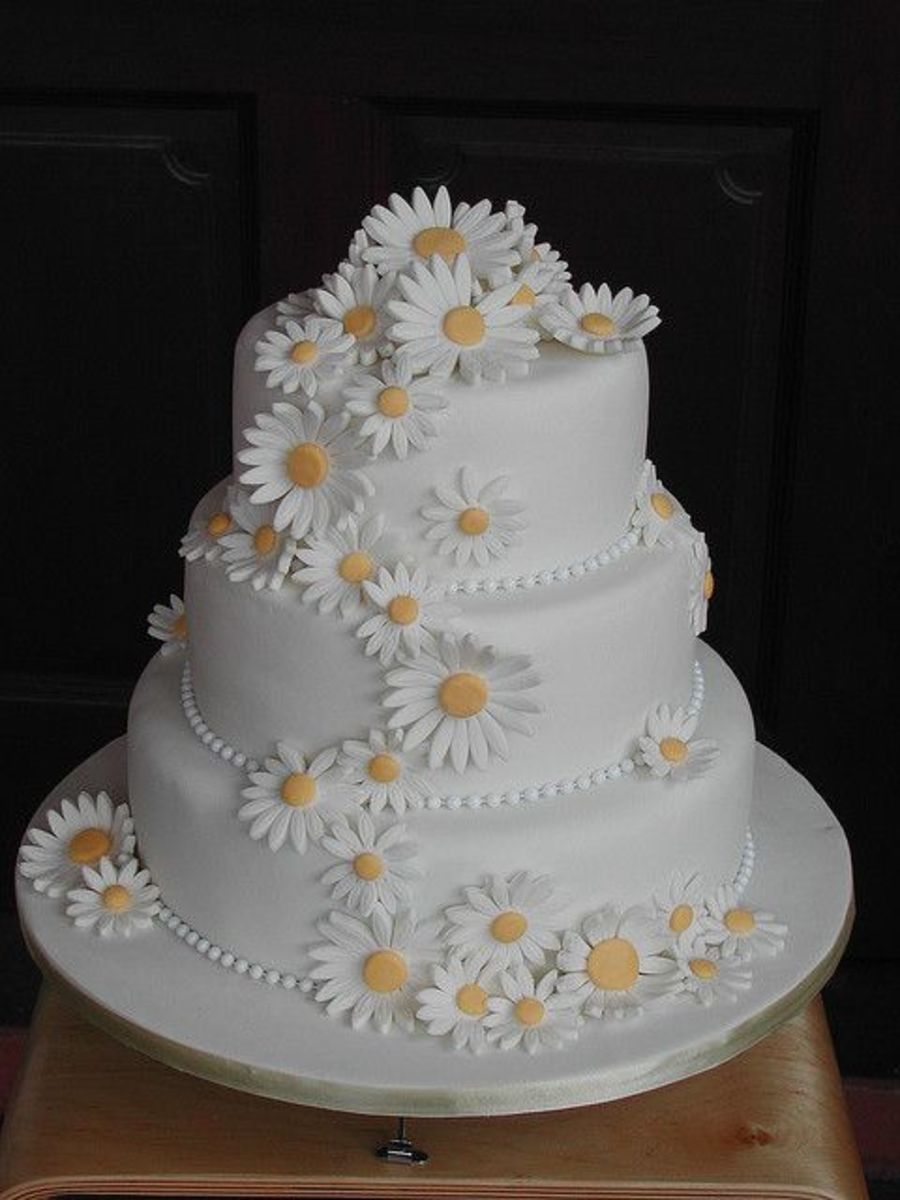 Simple but elegant daisy wedding cake carries your theme with beauty and grace
