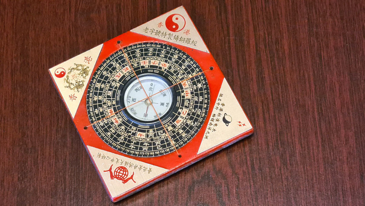 A Luópán (罗盘) i.e. geomancy compass. Here, the context for pán changes to that of a circular, flat tool.