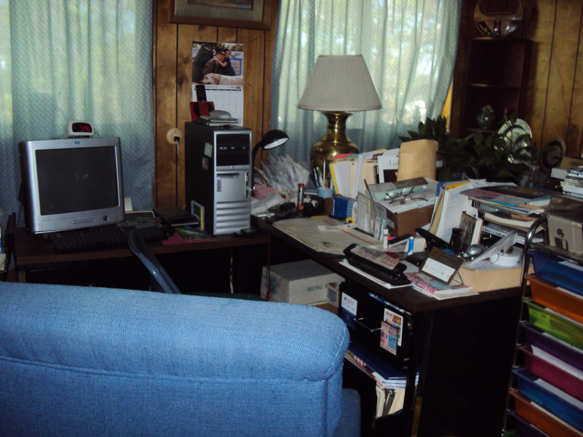 A working corner for mail, bills, and filing (I still do it...ocassionally).