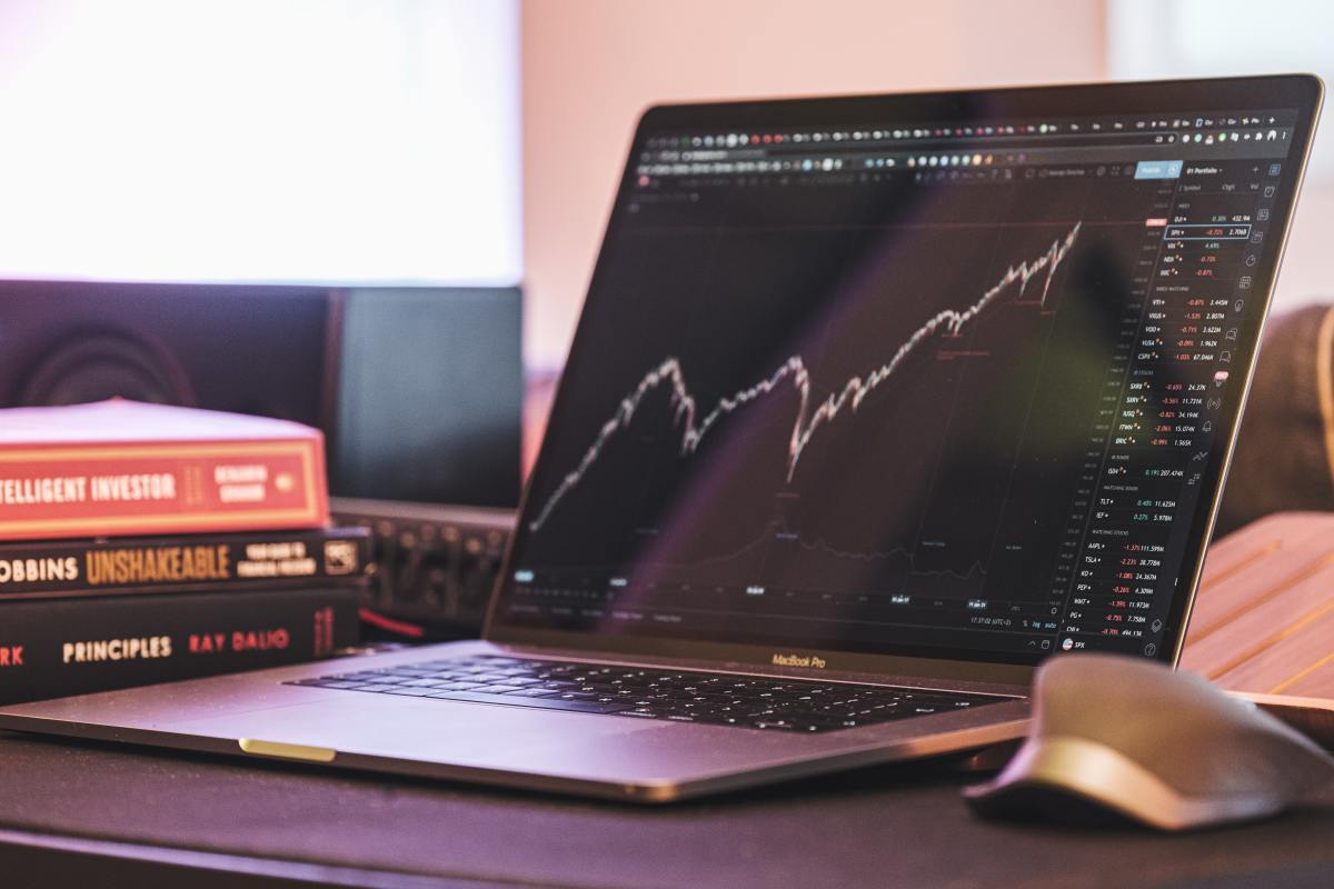 To become a full-time trader, you must have a trading setup that prevents you from making major mistakes.