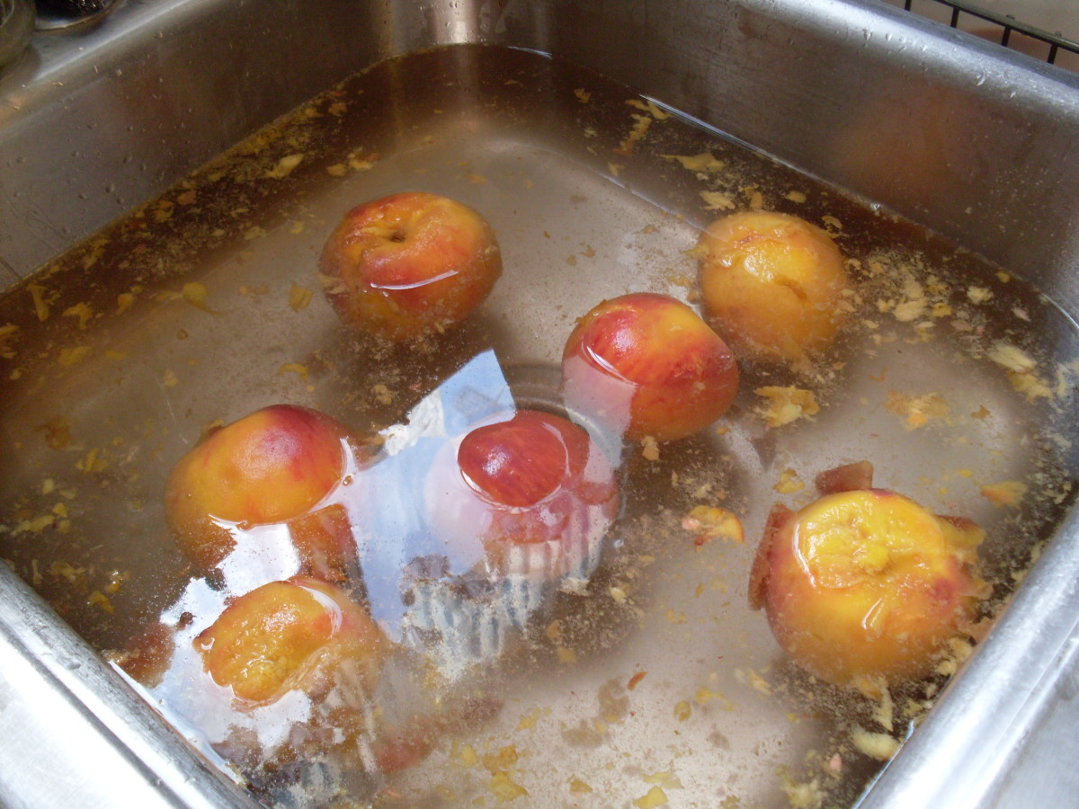 Remove peaches to ice-cold water, and let sit 3 minutes.