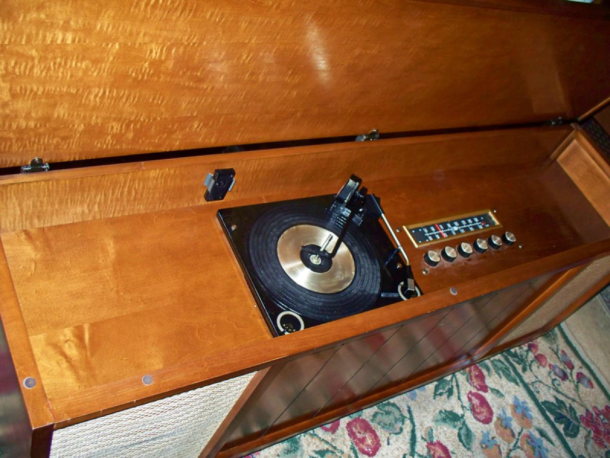 This is an awesome Curtis Mathes Stereo with a four speed record player with a changer. AM, FM, FM AFC, FM MX, TV, Tape player attachment.