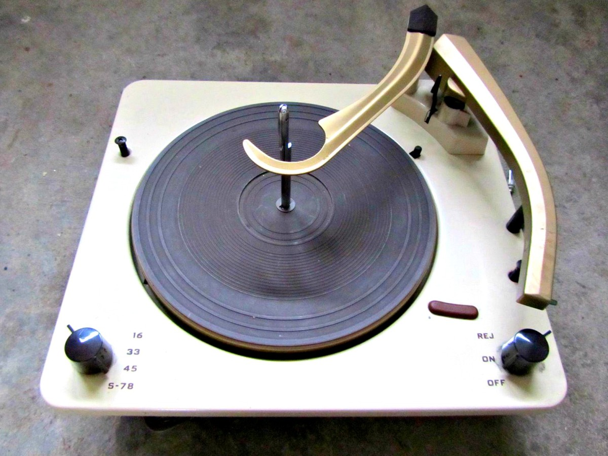Pressure on the record groove was low, with the design of the stylus assembly such that the pickup will track in the grooves of the record accurately.