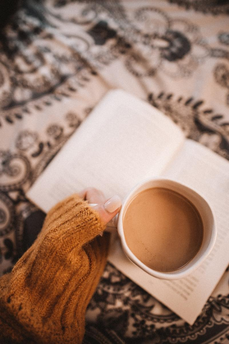 An example of the hygge aesthetic, featuring cozy mugs of hot drinks!