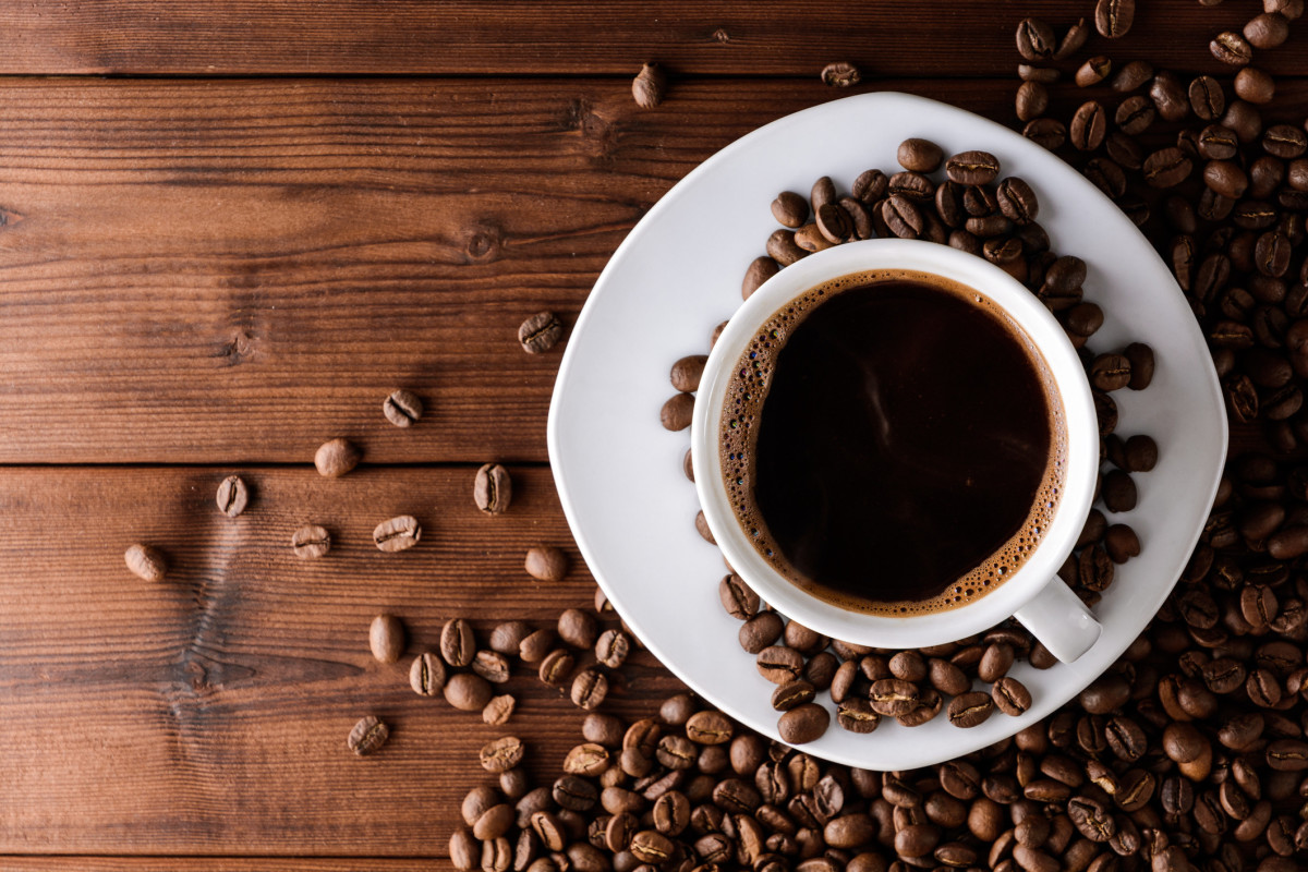 Coffee contains magnesium and potassium, which can help the human body use insulin, regulating blood sugar levels and reduce the cravings for sweets and snacks. Tea will help to burn fat. Caffeine helps fat cells by breaking down fat deposits and wil