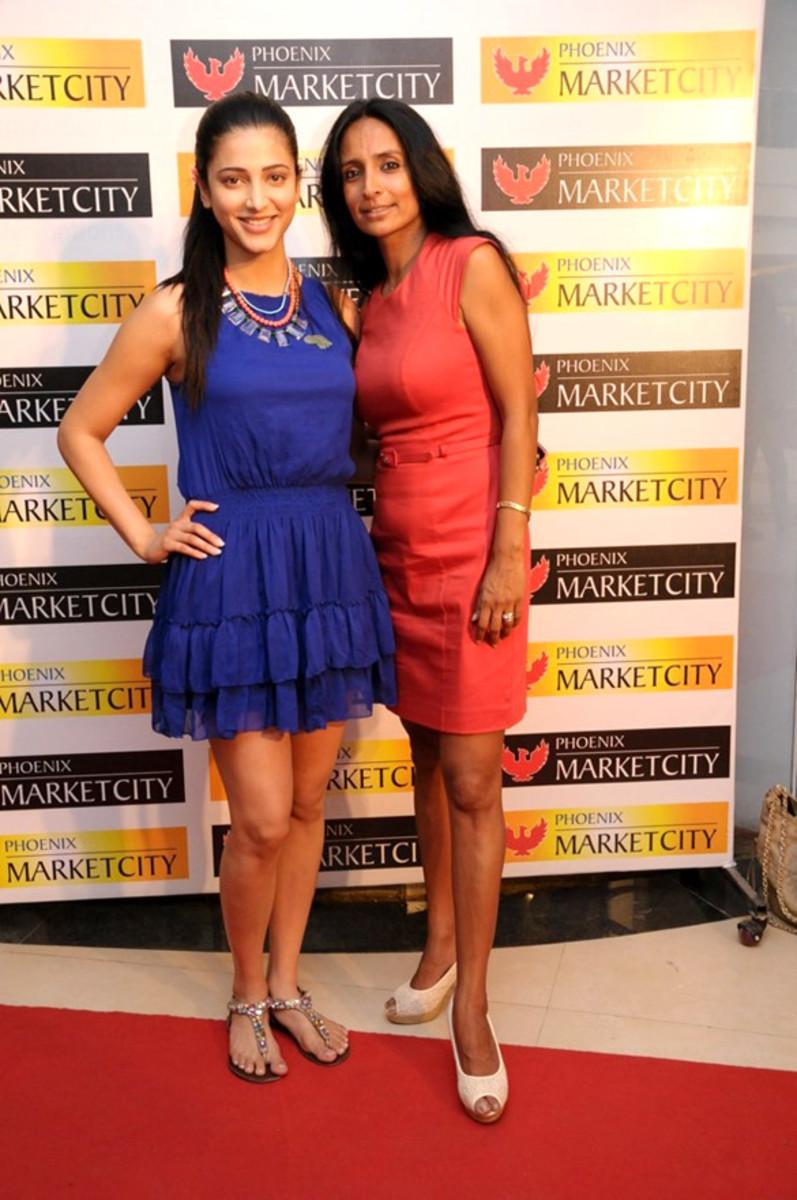 Shruti Haasan & Suchitra Pillai at Phoenix Marketcity, Bollywood Hungama. [CC-BY-3.0]