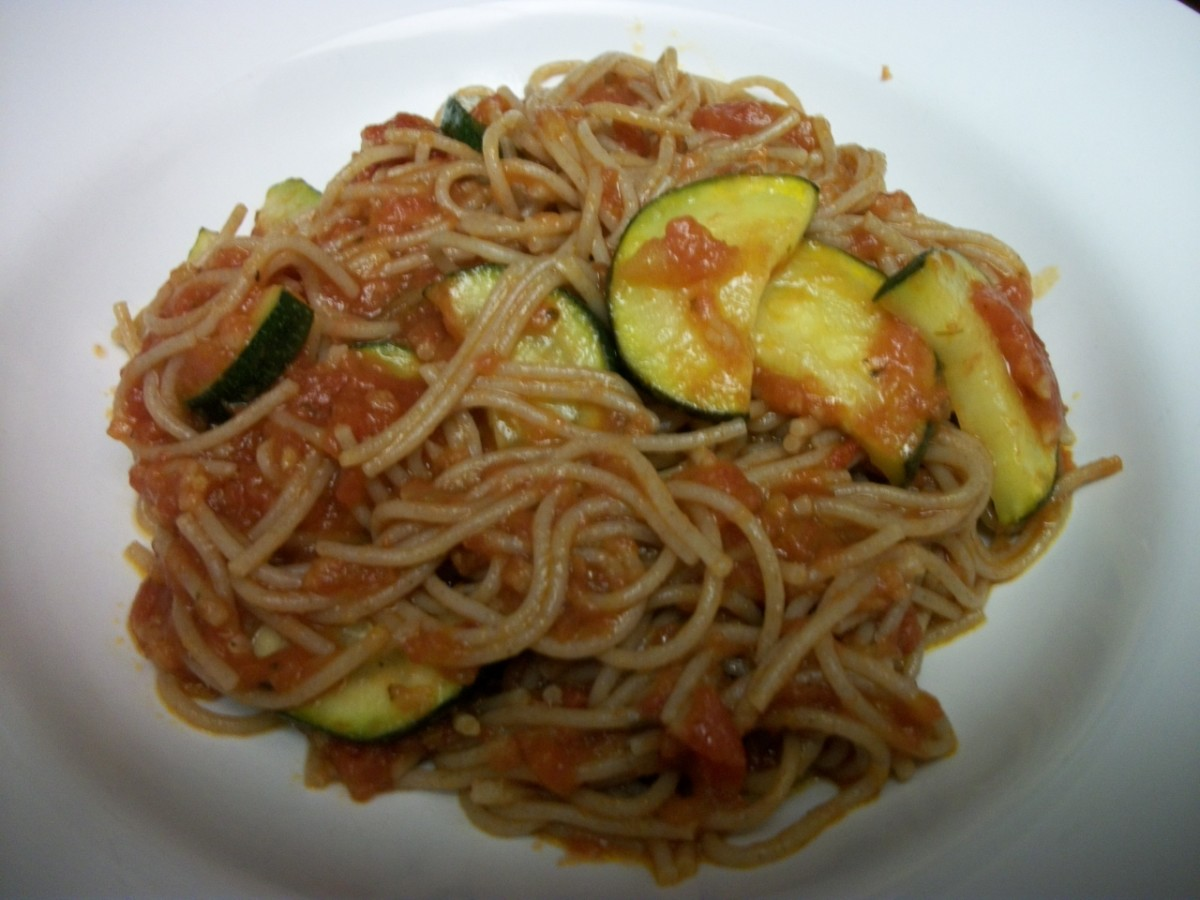 Vermicelli in tomato and olive oil sauce with zucchini