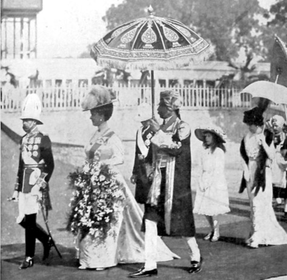 King George V and his wife Queen Mary (deferentially a step behind the monarch) in India in 1912. No doubt the Indian people were greatly impressed.