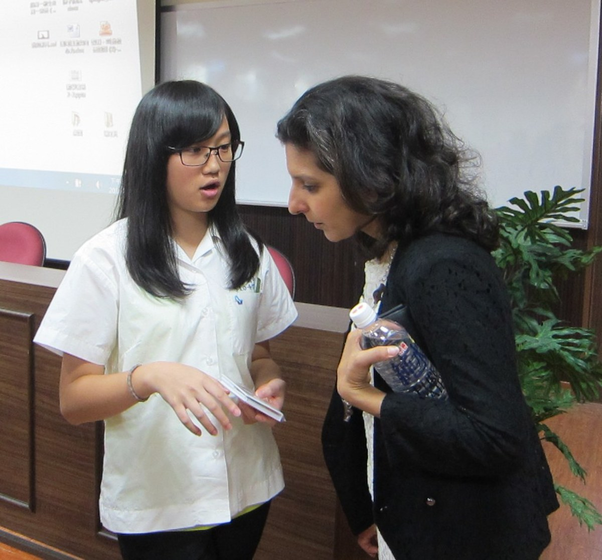 """""""AIT officer Arati Shroff answers questions from a Hsin Tien High School student on American cultural diversity."""""""