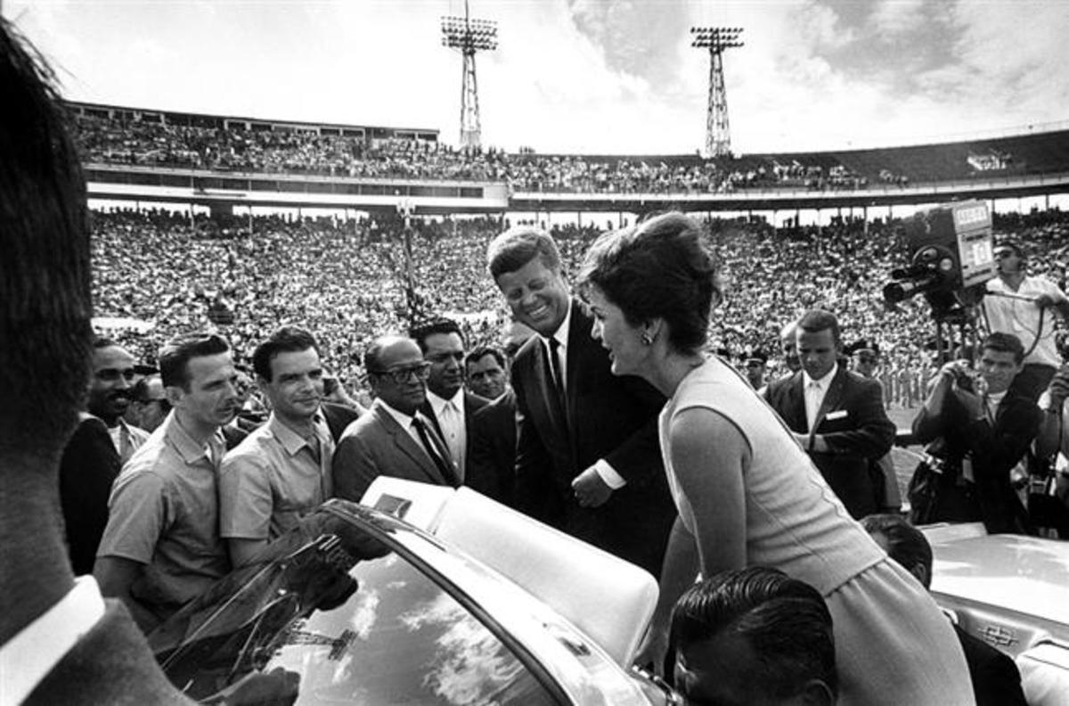 President and Mrs. Kennedy with leaders of the Cuban invasion Brigade in 1962 - Author Cecil Stoughton, Public Domain