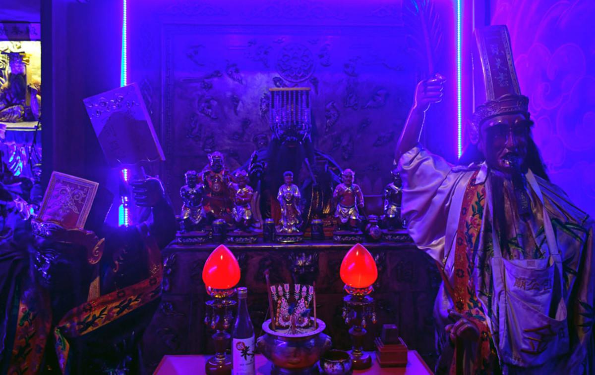 An otherworld, underground shrine to Yanluo Wang.