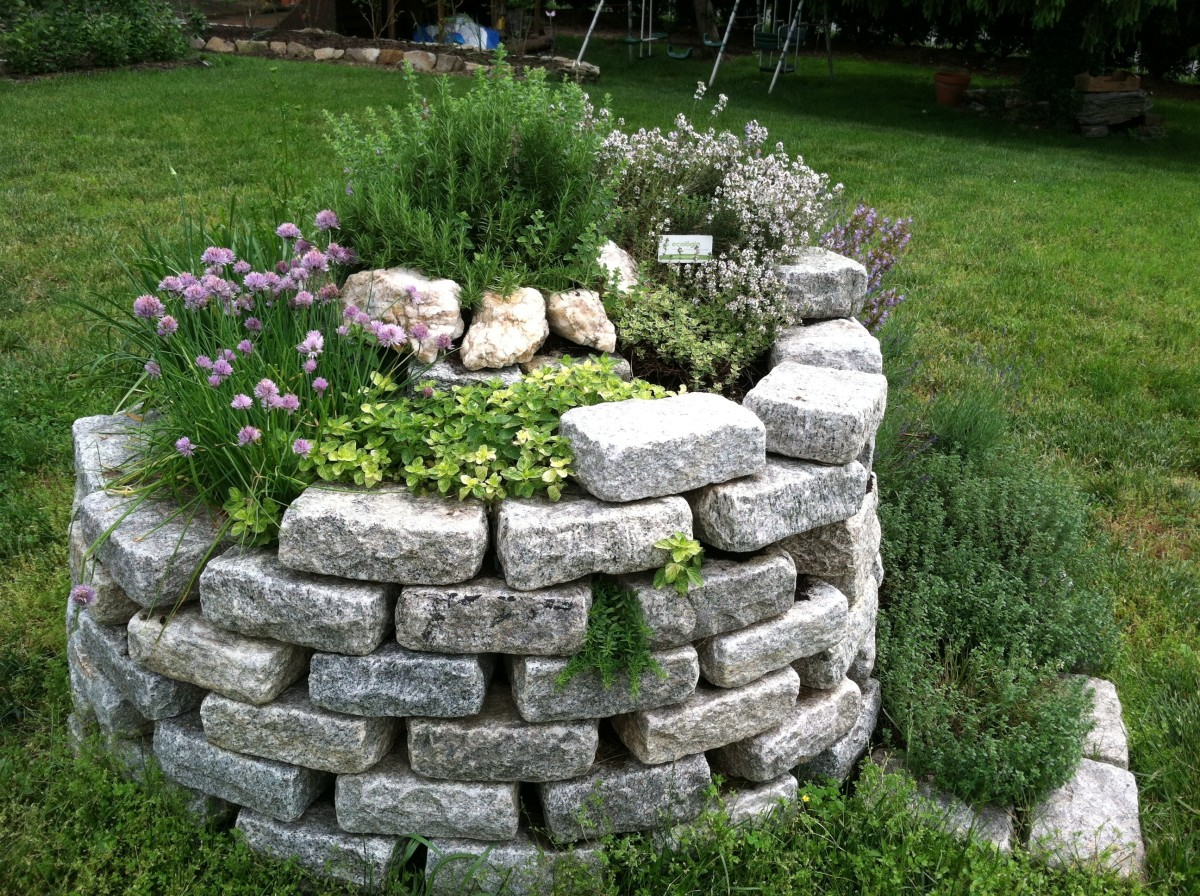 There are many reasons to build an herb spiral, especially if you love to cook. Luckily it's quite easy to do!
