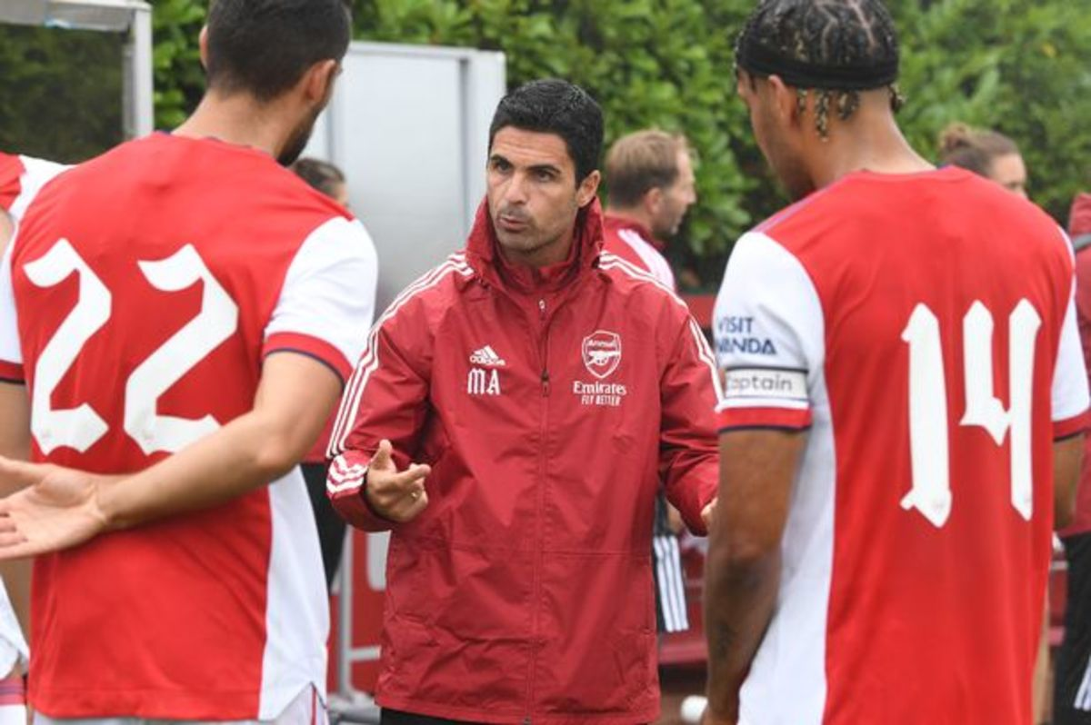 Arsenal players in a halftime talk.