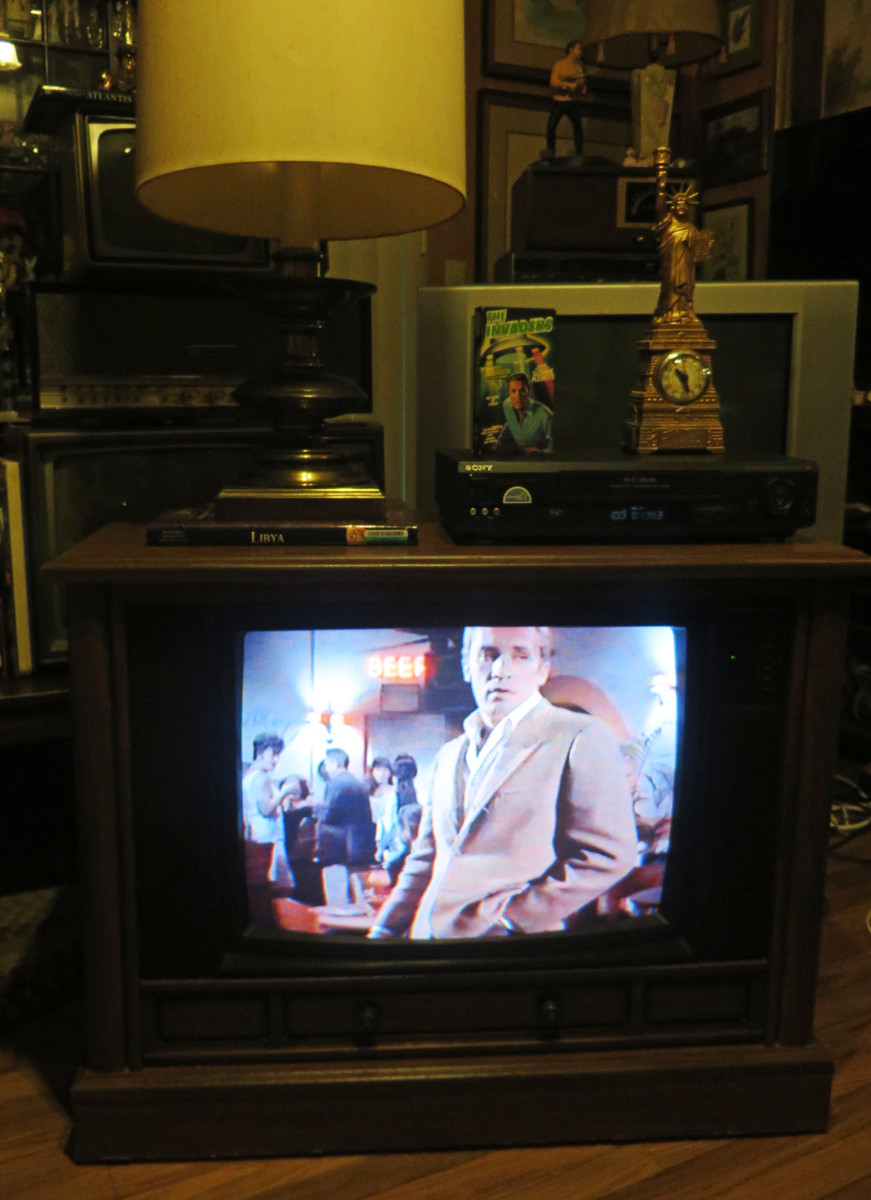 Roy Thinnes as David Vincent playing on the Crosley Color Television 25E510-00AA, The Invaders, The Mutation, Episode Three, VHS tape. .Manufactured August 1994, Date Code 3314W291B. Crosley TV Chassis Model number 25E510-00AA.