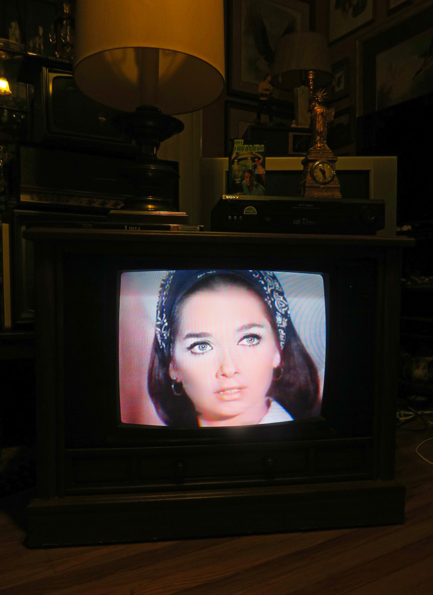 Suzanne Pleshette playing on the Crosley Color Television 25E510-00AA, The Invaders, The Mutation, Episode Three, VHS tape. .Manufactured August 1994, Date Code 3314W291B. Crosley TV Chassis Model number 25E510-00AA.