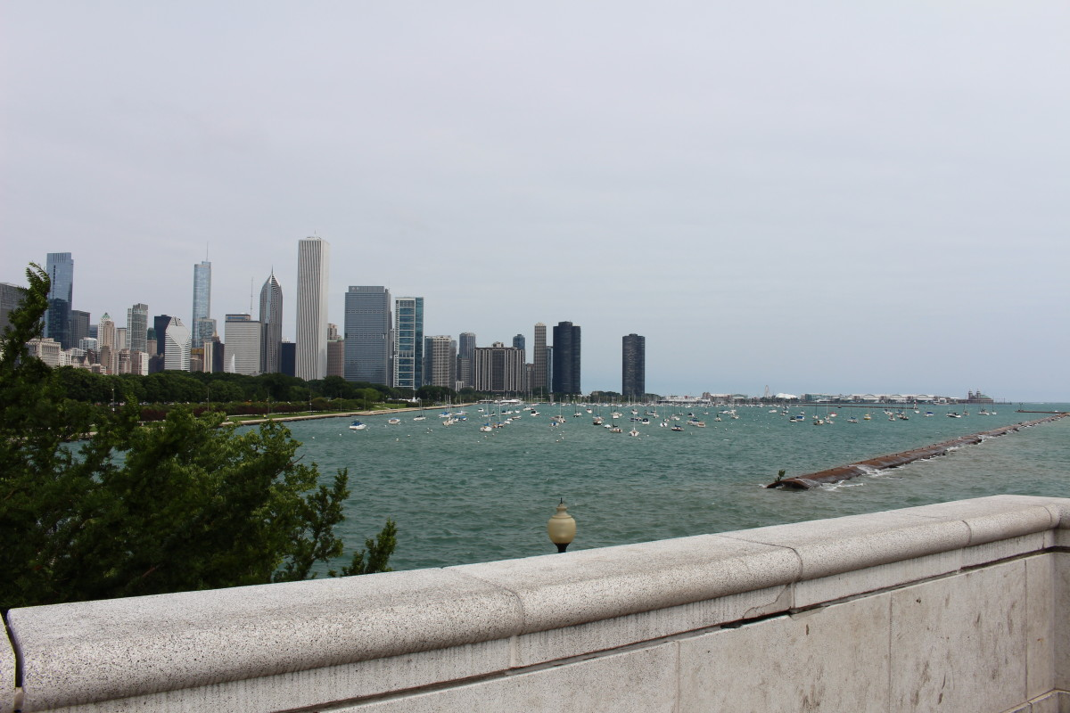 There's a wall near the Chicago Aquarium that has a great view of the lake, a marina, and the city skyline,