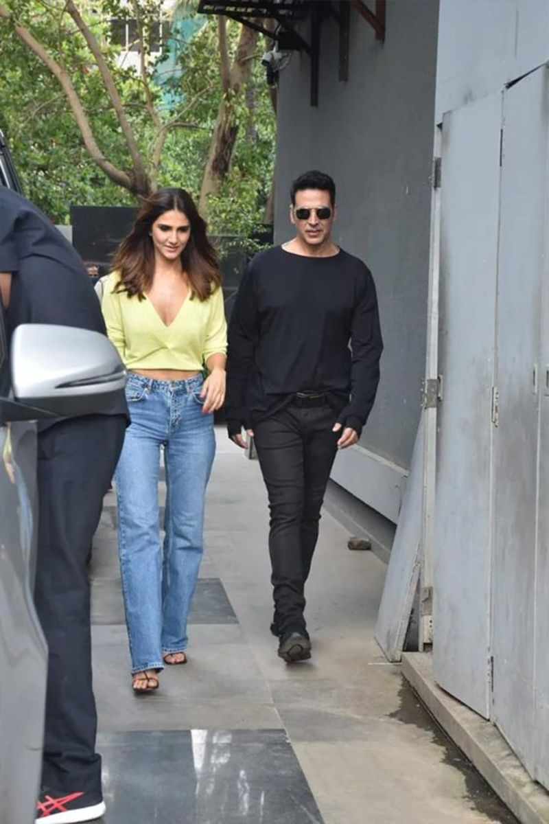 Actor Akshay Kumar with Vani Kapoor. Vani Kapoor, who has done only three movies in six years, has a very small role. But it is energetic.