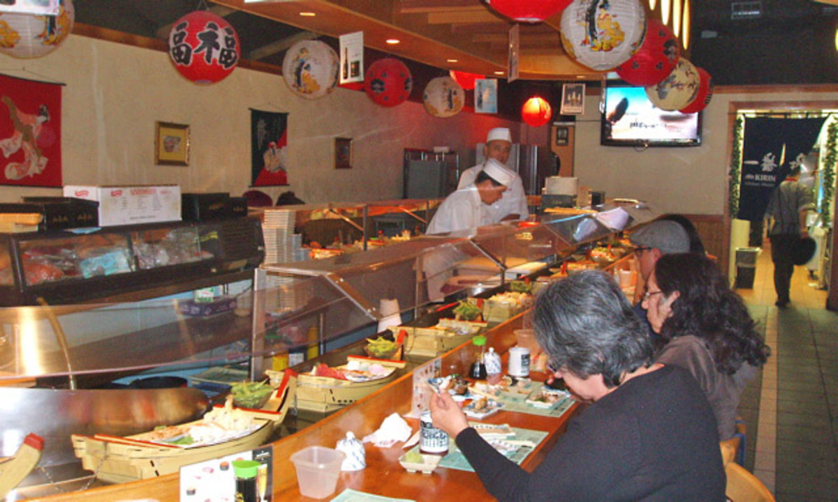 Central bar, the main focal point of the restaurant. Time is mid-afternoon on a Saturday, so the restaurant is not yet full, but there's still plenty of food.